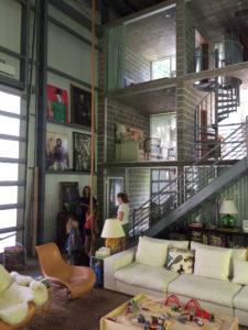 La vivienda de Adam Calkin en el interior de un hangar.