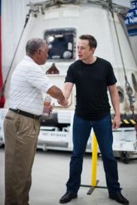 Charles Bolden (NASA) y Elon Musk (SpaceX) en 2012