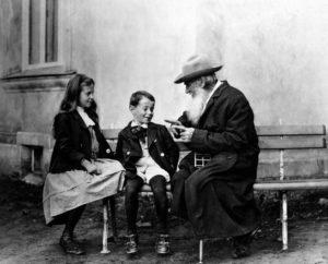 Lev Tolstói con sus nietos (1909)