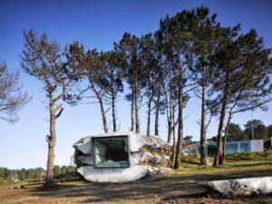 La Trufa, por Antón García-Abril (Ensamble Studio): colina horadada, rellenada de balas de paja y hormigón. Al retirar la tierra y la paja, apareció un espacio caprichoso