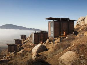 En el valle de Guadalupe (Baja California, México), Graciastudio concibió un hotel de cabañas minimalistas que minimizan su impacto elevándose sobre pilares y evitando la corrección de desniveles