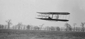 16 de noviembre de 1904: vuelo 85 de la segunda aeronave de los hermanos Wright (Flyer II). La nave ascendió a 536 metros, manteniéndose en el aire más de 40 segundos. La prensa todavía no había publicado nada de la invención
