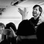 1987: Steve Jobs muestra buen humor con sus empleados al volver en autobús de una visita a la factoría de Fremont donde se construirán los ordenadores NeXT (Imagen: Doug Menuez)