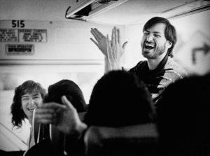 1987: Steve Jobs muestra buen humor con sus empleados al volver en autobús de una visita a la factoría de Fremont donde se construirán los ordenadores NeXT (Imagen: Doug Menuez).