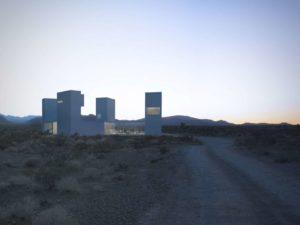 Mirando hacia los cuatro puntos cardinales en medio del desierto: una manera de lograr vistas panorámicas en la llanura es encaramarse a algo elevado: es lo que hacen las 4 torres de la casa-torre Four Eyes en el valle desértico californiano de Coachella