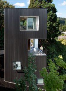 Las casas-torre urbanas emulan, como esta en Portland, se elevan sobre el espacio circundante para lograr vistas con mayor profundidad