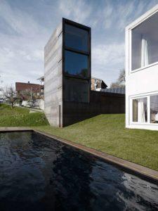 """Una versión modernizada del concepto de Montaigne: esta torre de """"doncella"""", de acero y cemento, incluye estudio y librería"""