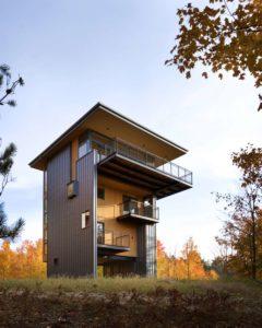 ¿Cómo disfrutar de las vistas del lago desde el dosel del bosque? La casa-torre del lago Glen incluye un gran balcón en su estancia más elevada