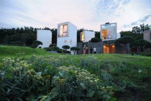 La Maison L cuenta con estructuras autónomas con un altillo de observación de distintas perspectivas del paisaje