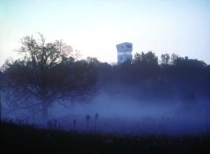 La estancia de observación de la Casa Keenan se eleva sobre el imponente bosque sureño