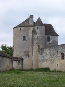 Torre Montaigne: la torre secundaria alberga la escalera de acceso a las estancias de la torre y del corps de logis (edificio principal anejo con planta cuadrada, a la derecha de la imagen)