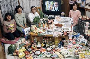 """Imagen del libro """"Hungry Planet"""" (Faith d' Aluisio, 2007), mostrando la cesta de la compra semanal media en Japón (durante el momento de la publicación del libro), a un coste de $317.25"""