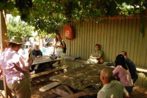 Bill Mollison, con Kirsten y algunos alumnos, en el centro Ceres de Melbourne