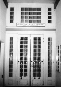 Entrada del Seminario de Matemáticas de la Universidad de Viena (en Boltzmanngasse 5), lugar de reunión del Círculo de Viena