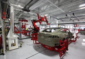 Producción de la berlina de lujo Model S de Tesla en la factoría que la compañía había adquirido a Toyota en Fremont, en plena bahía de San Francisco