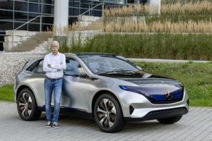 Dieter Zetsche, dirigente de Daimler, presentó en el Salón de París de 2016 la futura gama eléctrica EQ de Mercedes