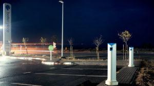 Better Place pretendía combinar vehículos eléctricos con el acceso a estaciones de recarga e intercambio de baterías; la empresa hizo fallida en 2013 (en la imagen, una electrolinera de la marca abandonada en la Ruta 90 de Israel)