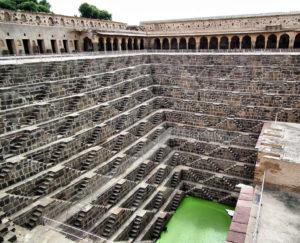Aljibe escalonado de Chand Baori en Abhaneri, Jaipur (Rajastán, India); construido en el año 800 d.C. para recolectar agua de los monzones, tiene forma de pirámide invertida con 3.500 escalores en 13 niveles y una profundidad de 20 metros
