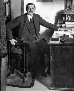 El industrial alemán Peter Behrens en 1913: es considerado el padre del diseño industrial como disciplina, así como del concepto de identidad corporativa; sin su trabajo previo, la escuela Bauhaus no habría existido