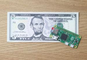 El pequeño y económico circuito integrado (system-on-a-chip) de código abierto Raspberry Pi Zero (su coste como sugiere la imagen, es de 5 dólares)