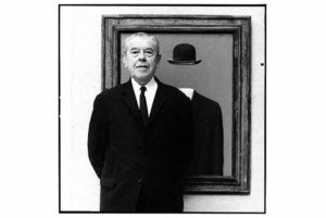 """Retrato de Magritte en frente de su cuadro """"El peregrino""""; imagen de Lothar Wolleh (1967)"""