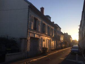 Empezando el trayecto planeado: de Fontainebleau (Sena y Marne) a París en tren; acto seguido, Eurostar desde la Gare du Nord (París) hasta St Pancras (Londres), y vuelta dos días después; en la imagen una calle de Fontainebleau en el sol de la mañana