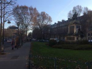 En la plaza del general Catroux (distrito XVII de parís) aguardan al paseante varias estatuas dedicadas a Dumas padre e hijo