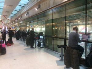En el interior de la zona de espera para desplazarme en alta velocidad por el Eurotúnel