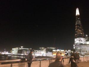 La noche muestra los cambios dramáticos que Londres está experimentando en los últimos años, con innumerables (y controvertidos) proyectos urbanísticos