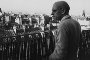 Michel Foucault, investigador infatigable de los innumerables significados del perspectivista Nietzsche, asomado al balcón de su apartamento parisino