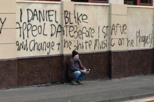 """Fotograma de la película británica """"I, Daniel Blake"""" (Ken Loach, 2016; Palma de Oro en Cannes en el mismo año)"""