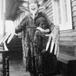 """Un chamán Yup'ik ahuyenta los """"malos espíritus"""" de un niño enfermo (comunidad nativa Yupik, Alaska, década de 1890)"""