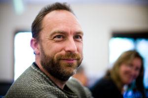Jimmy Wales (Huntsville, Alabama, Estados Unidos, 1966), cofundador de Wikipedia, uno de los sitios más populares de Internet y experimento de colaboración en conocimiento y pensamiento crítico sin parangón en la historia (por su expansión, calidad relativa, escala, difusión). Imagen: Joi Ito -junio de 2008; Flickr CC.