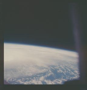 La tierra desde el interior del Apolo 13 (Archivo del Programa Apolo, NASA)