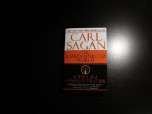 """Portada de la edición original en inglés de """"El mundo y sus demonios"""" (Carl Sagan, 1997)"""