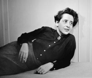 La filósofa Hannah Arendt, una vez en su país de acogida, Estados Unidos
