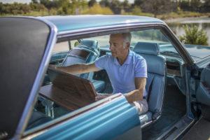 El arquitecto californiano David Schwartz prepara el habitáculo de su vehículo para una reunión potencial. Imagen: Jamie Kingham para The Wall Street Journal