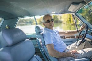 """El arquitecto californiano David Schwartz, conduciendo su Imperial Crown con mesa y asientos modulares (concebido originalmente por Imperial como """"oficina sobre ruedas). Imagen: Jamie Kingham para The Wall Street Journal"""