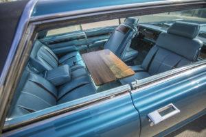 El interior del Imperial Crown Coupe Mobile Director de 1964 incluía de serie tapicería de cuero, asientos modulares y mesa abatible en el centro del habitáculo, para facilitar los encuentros de negocios; imagen: Jamie Kingham para The Wall Street Journal