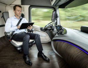 ¿De conductor de camiones a gestor de logística con oficina en la cabina del vehículo? Interior del camión de gran tonelaje y sistema de conducción autónoma del Future Truck 2025 de Mercedes-Benz